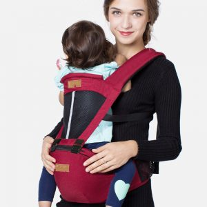Малко бебе, носещо торбичка